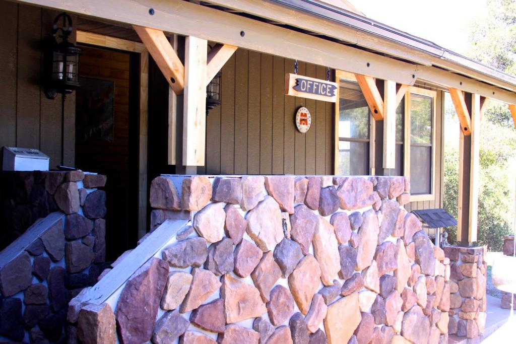 Book Now Yosemite Gold Country Lodge (Coulterville, United States). Rooms Available for all budgets. Located 42 km from the Western Entrance to Yosemite National Park this Coulterville motel offers guest rooms with a microwave and compact fridge. Free Wi-Fi is included.Boasti