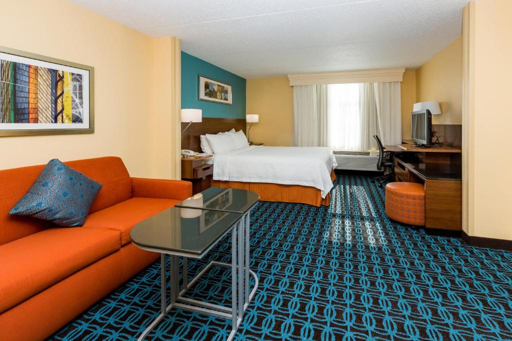 Book Now Fairfield Inn & Suites By Marriott Des Moines West (West Des Moines, United States). Rooms Available for all budgets. A convenient location complimentary breakfast Wi-Fi and parking are among the perks our guests enjoy at the non-smoking Fairfield Inn & Suites by Marriott Des Moines West. The