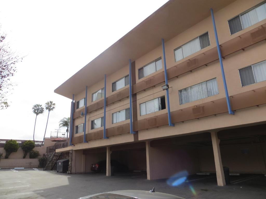 Book Now Jet Inn (Los Angeles, United States). Rooms Available for all budgets. Located 8 km away from Los Angeles International Airport this motel provides free WiFi in all rooms. Manhattan Beach is 20 minutes' drive away.Each room provides a seating are