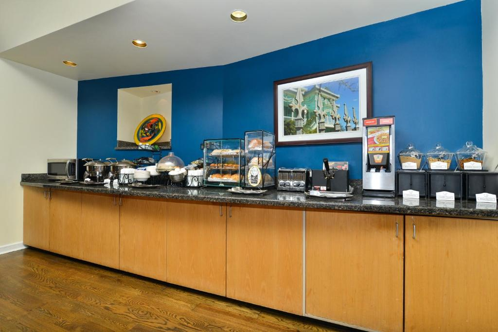 Book Now Best Western Plus St. Charles Inn (New Orleans, United States). Rooms Available for all budgets. Free continental breakfast free Wi-Fi free parking and a location on the St. Charles streetcar line make the non-smoking Best Western Plus St. Charles Inn a good stay for gues