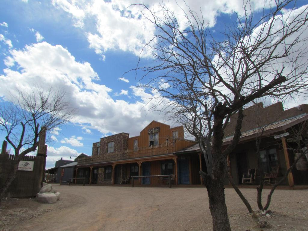 Book Now Tombstone Monument Guest Ranch (Tombstone, United States). Rooms Available for all budgets. Situated in Tombstone Arizona this rustic accommodation is 30 miles from the Dragoon Mountains in Cochise County. Featuring a full daily breakfast and a seasonal outdoor pool