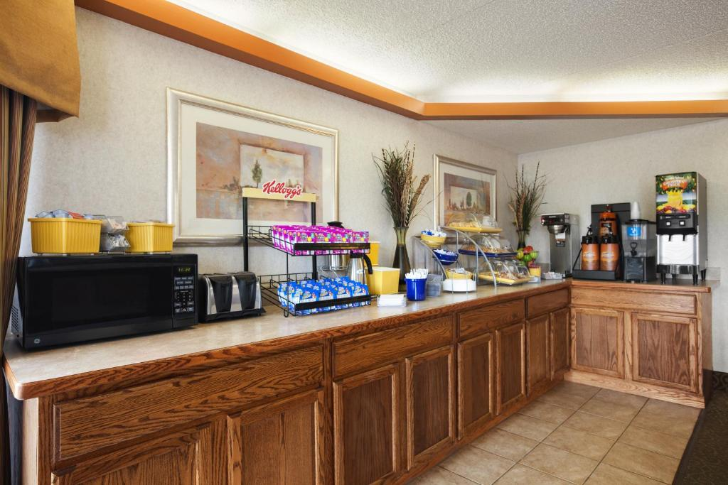 Book Now Days Inn Farmville (Farmville, United States). Rooms Available for all budgets. Complimentary breakfast parking and internet access await our guests at the Days Inn Farmville. The two-story Days Inn offers 59 rooms that have cable TV with premium channels