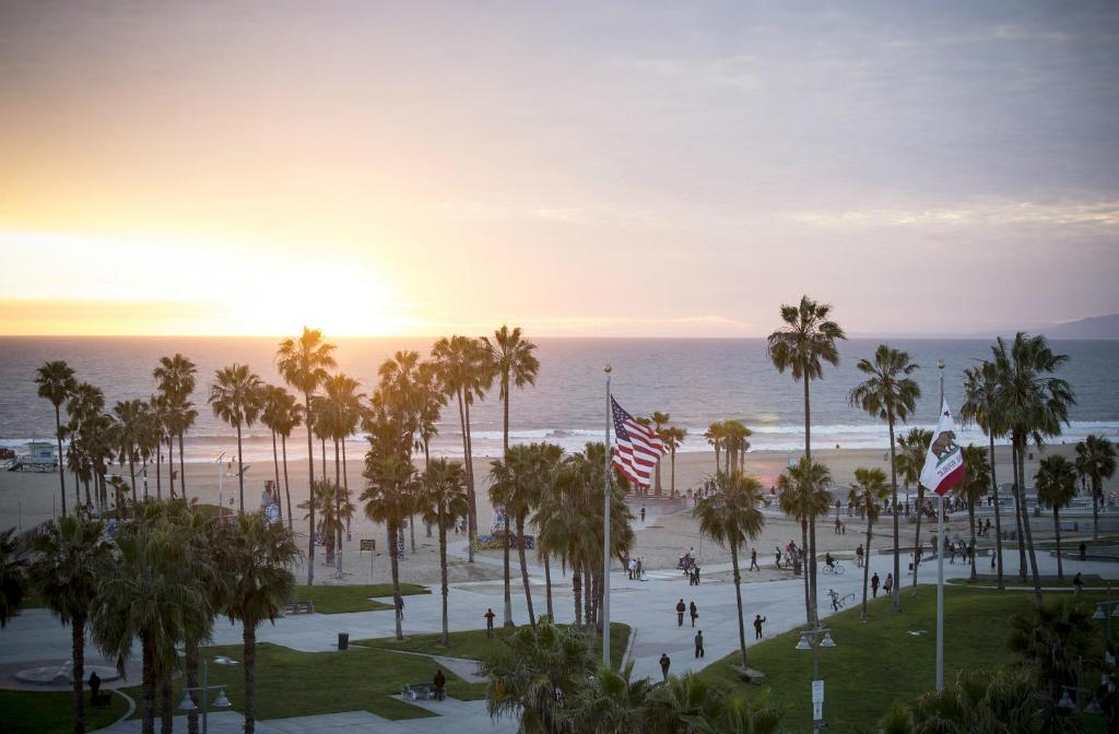 Book Now Hotel Erwin (Venice, United States). Rooms Available for all budgets. Overlooking the Pacific Ocean and down the street from the Venice Beach Boardwalk this hotel offers  comfortable guestrooms with complimentary WiFi. An open-air rooftop lou