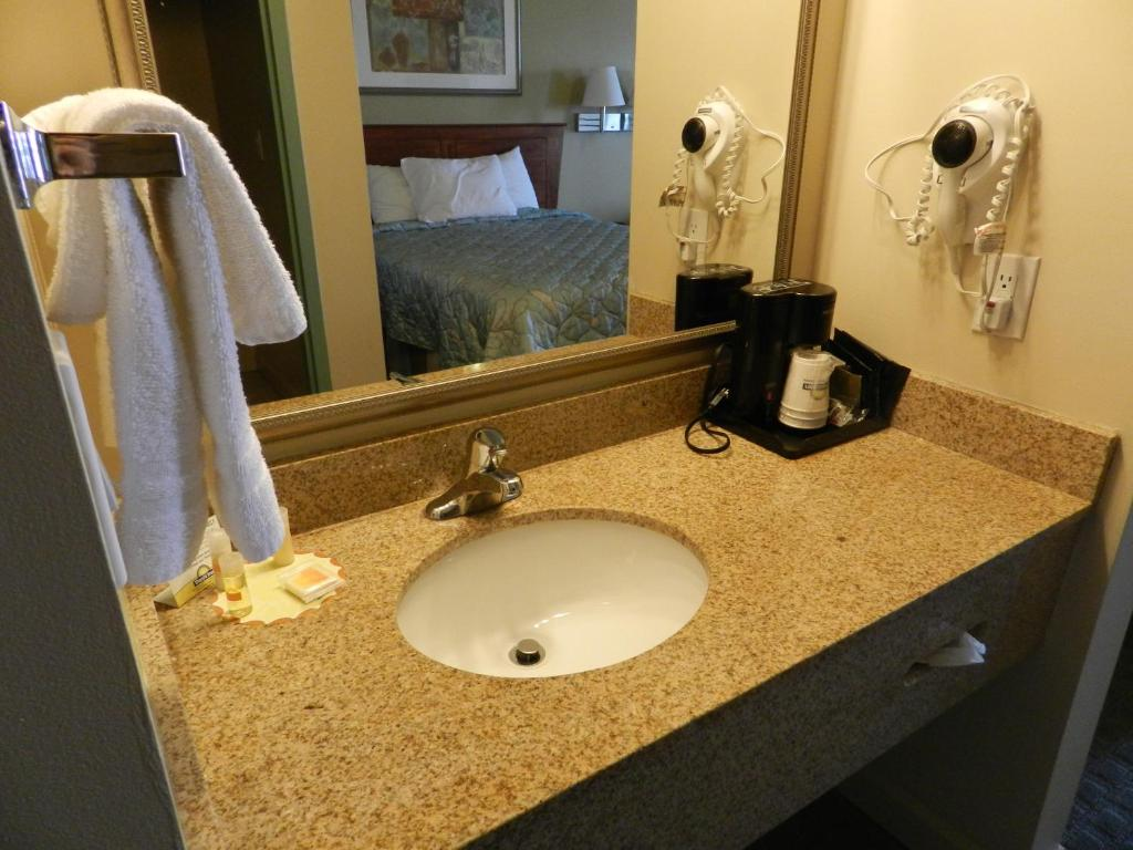 Book Now Days Inn Downtown St. Louis (Saint Louis, United States). Rooms Available for all budgets. Free Wi-Fi flat-panel TVs microwaves and mini-fridges and buffet breakfast are all on the list of amenities at the Days Inn Downtown St. Louis located just north of the city c