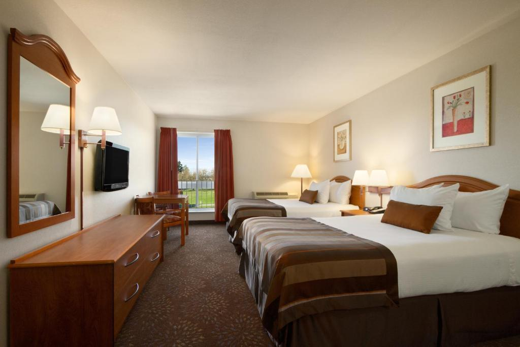 Book Now Ramada Inn & Suites Sea-Tac (Seattle, United States). Rooms Available for all budgets. Free Wi-Fi an indoor pool and a location convenient to the airport please our guests at Ramada Inn and Suites Sea-Tac which also offers a fitness center. The eight-floor Ramad