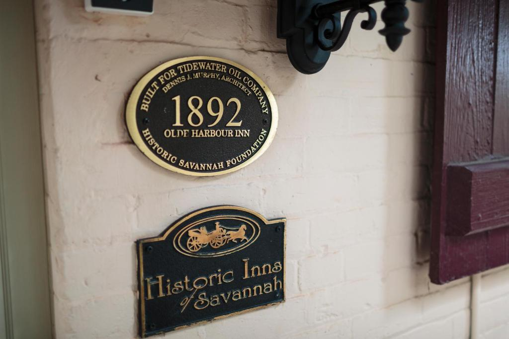 Book Now Olde Harbour Inn (Savannah, United States). Rooms Available for all budgets. This historic 1812-era inn is located in the heart of Savannah city centre and overlooks the Savannah River. Features free WiFi and wine with cheese reception each evening.A s