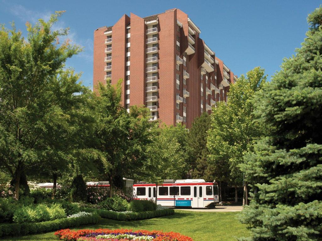Book Now Little America Hotel Salt Lake City (Salt Lake City, United States). Rooms Available for all budgets. This Salt Lake City hotel is 5 minutes' drive from Temple Square. The hotel offers an indoor pool an outdoor pool on-site boutique shops and an award-winning Sunday brunch.Lit