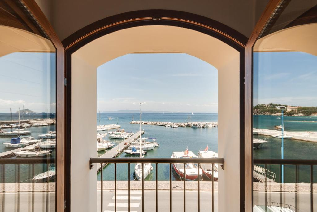 Book Now La Vecchia Scuola (Cavo, Italy). Rooms Available for all budgets. La Vecchia Scuola is set on the marina at Cavo on the north coast of Elba Island. It offers elegant self-catering apartments with satellite TV and air conditioning. Rio Marina