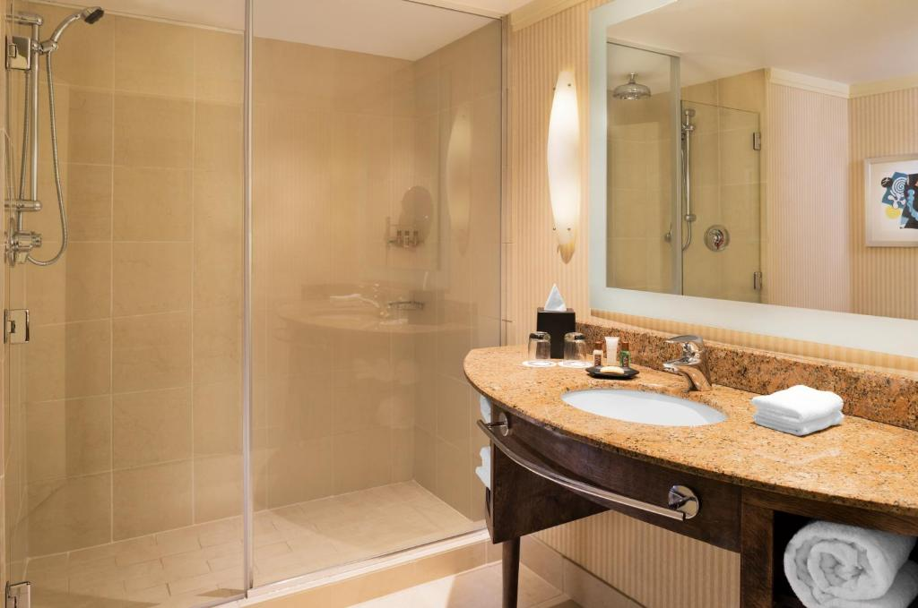Book Now Sheraton Bloomington Hotel (Minneapolis, United States). Rooms Available for all budgets. An award-winning restaurant and a location minutes from Mall of America and downtown the non-smoking Sheraton Bloomington Hotel is a favorite of our guests when they come to t