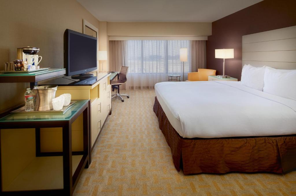 Book Now Hilton Los Angeles Airport (Los Angeles, United States). Rooms Available for all budgets. A 24-hour airport shuttle numerous on-site dining choices an outdoor pool and a 24-hour fitness room bring our guests to Hilton Los Angeles Airport. All 1234 rooms at this 17-