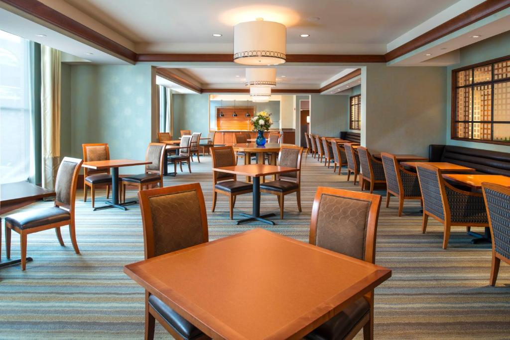 Book Now Hilton Garden Inn Portsmouth Downtown (Portsmouth, United States). Rooms Available for all budgets. Free high-speed internet access in well-equipped rooms and a location in historic downtown make for a comfy stay for our guests at the non-smoking Hilton Garden Inn Portsmouth