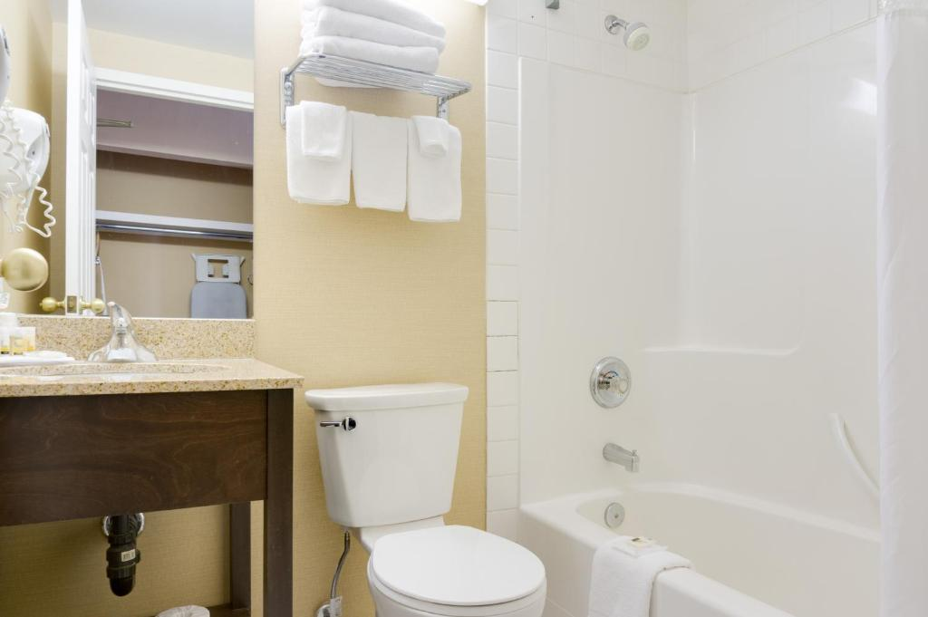 Book Now Days Inn And Suites Calgary South Cn (Calgary, Canada). Rooms Available for all budgets. Offering the perks of free Wi-Fi and free parking the non-smoking Days Inn and Suites Calgary South Cn puts our guests conveniently close to the best of downtown. This five-fl