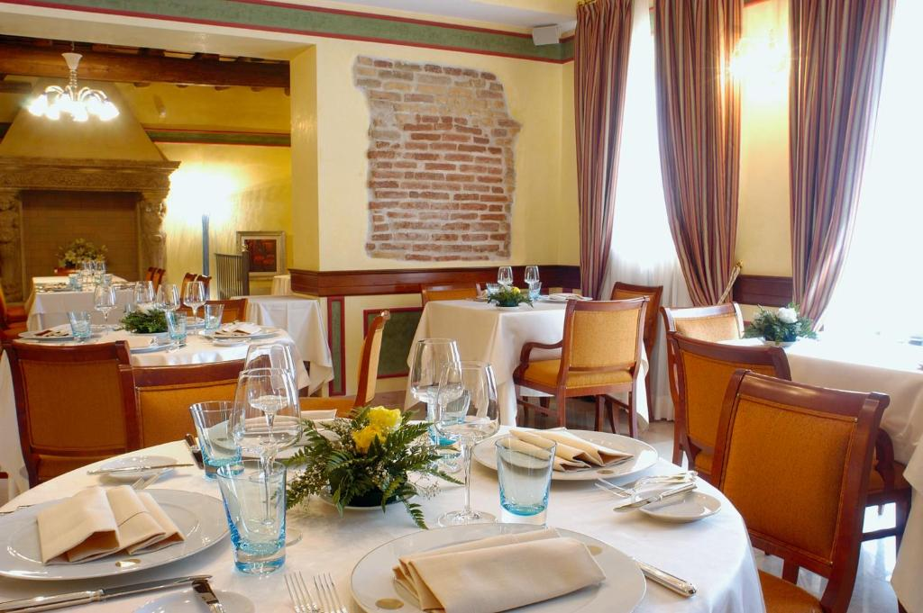 Book Now Hotel Villa Malaspina (Ca Di David, Italy). Rooms Available for all budgets. Offering a wellness area with covered swimming pool and a gourmet Italian restaurant Malaspina is an elegantly restored villa in the town of Azzano 10 km south of Verona.Spaci