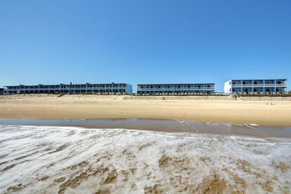 Book Now Montauk Blue Hotel (Montauk, United States). Rooms Available for all budgets. An oceanfront setting free Wi-Fi en suite kitchenettes and an indoor pool offer all you need to kick back on Long Island at the Montauk Blue Hotel. Each of this two-story prop