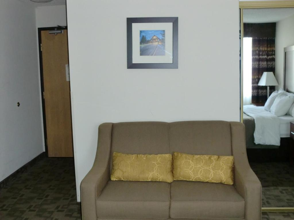 Book Now Comfort Inn Birch Run (Birch Run, United States). Rooms Available for all budgets. With a complimentary free hot breakfast an indoor pool and hot tub and an on-site fitness room the non-smoking Comfort Inn Birch Run offers a location near Birch Run shopping