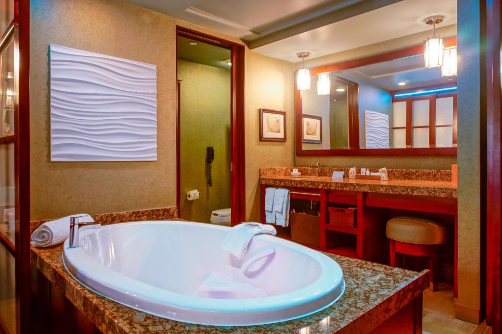 Book Now Shade Hotel (Manhattan Beach, United States). Rooms Available for all budgets. This 4-star Manhattan Beach hotel is only 3 blocks from the beach. Each modern room offers a 2-person hot tub an espresso machine and a furnished balcony.Shade Hotel serves gu