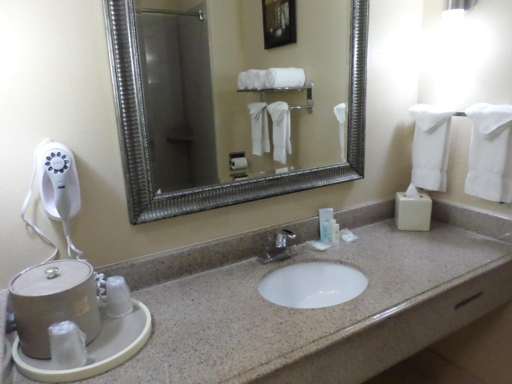 Book Now Comfort Suites Lake Charles (Lake Charles, United States). Rooms Available for all budgets. A free breakfast that's a cut above an evening reception and free Wi-Fi are nice perks at the Comfort Suites Lake Charles. Built in 2009 the three-story Comfort Suites has a c