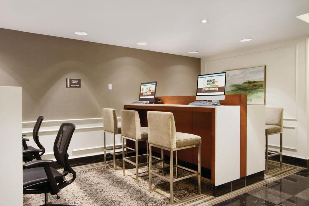 Book Now Doubletree by Hilton Toronto Downtown (Toronto, Canada). Rooms Available for all budgets. Located in the city centre DoubleTree by Hilton Toronto Downtown boasts an indoor heated pool an on-site restaurant and a fitness centre. Toronto Eaton Centre and St. Patrick