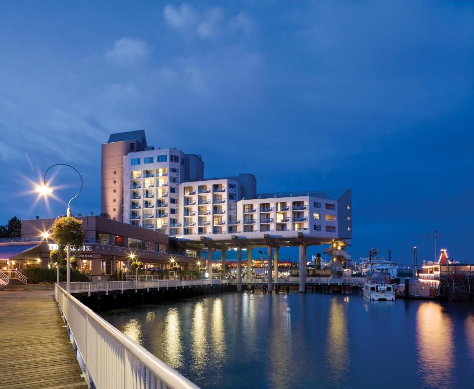 Book Now Inn At The Quay (New Westminster, Canada). Rooms Available for all budgets. Rainshowers a hot tub Fraser River views and easy SkyTrain access to downtown Vancouver top the charts at the non-smoking Inn at the Quay. All 126 non-smoking rooms at the sev