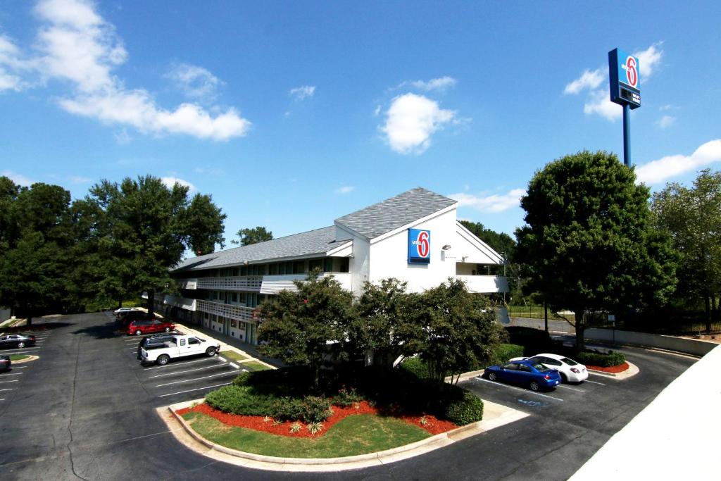 Book Now Motel 6 Atlanta Tucker Northeast (Tucker, United States). Rooms Available for all budgets. Located off Interstate 285 this pet-friendly hotel features a launderette and free coffee in the mornings. Central Atlanta is 25 minutes' drive from the hotel.Cable TV and a t