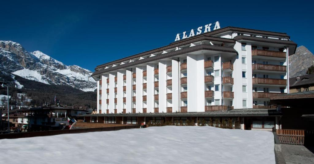 Book Now Hotel Alaska Cortina (Cortina Dampezzo, Italy). Rooms Available for all budgets. Hotel Alaska Cortina is an impressive building in Largo delle Poste 200 metres from the Faloria Cable Car. Luxurious rooms are set over 7 floors and have views of the Dolomite