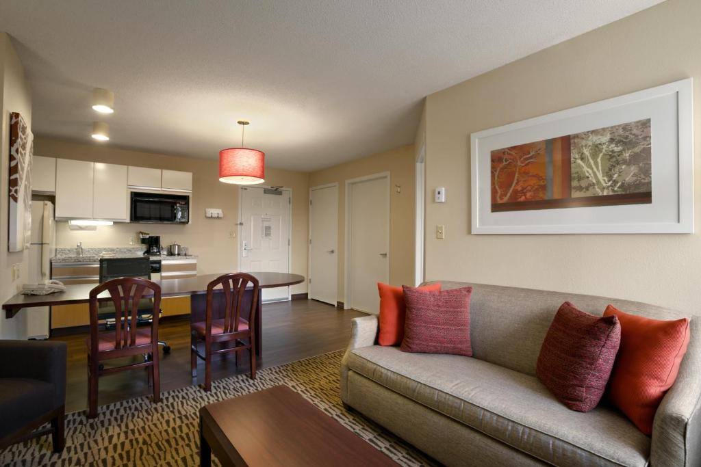 Book Now Hawthorn Suites By Wyndham Greensboro (Greensboro, United States). Rooms Available for all budgets. Full kitchens and freebies like Wi-Fi and breakfast are big draws for our guests at the Hawthorn Suites by Wyndham Greensboro. The three-story Hawthorn Suites by Wyndham Green