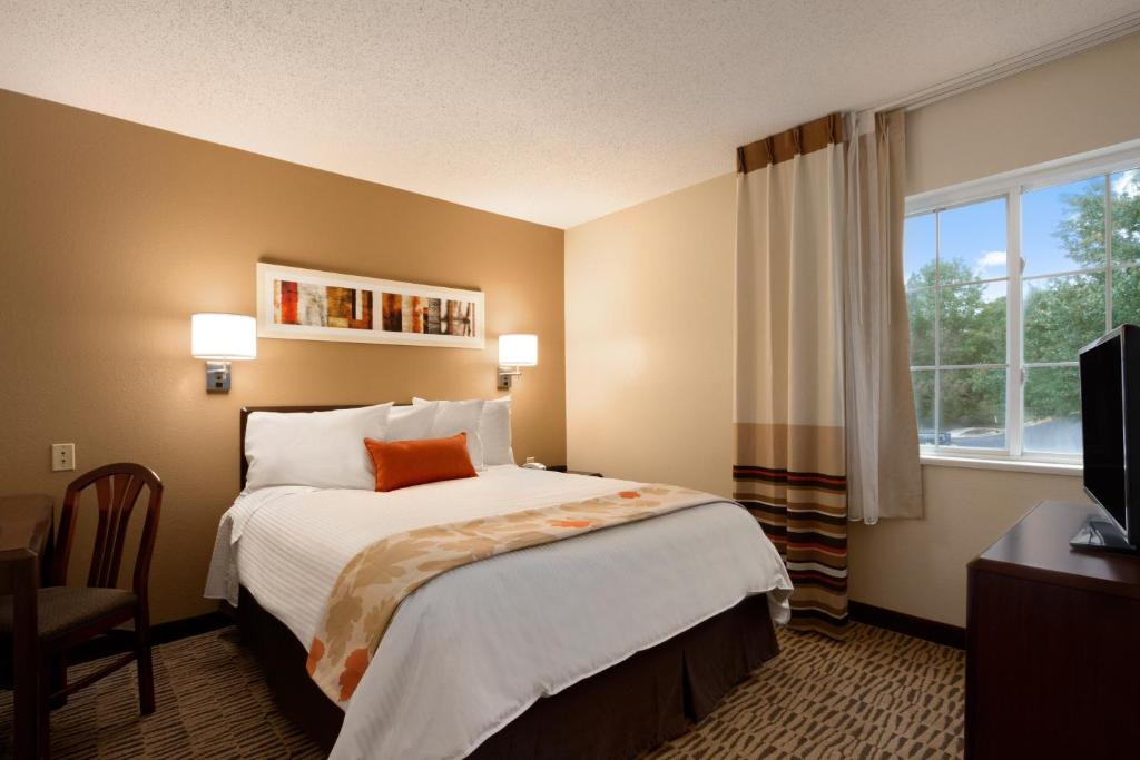 Book Now Hawthorn Suites By Wyndham Omaha / Old Mill (Omaha, United States). Rooms Available for all budgets. Suites with fully equipped kitchens and plentiful free parking make the pet-friendly Hawthorn Suites by Wyndham Omaha/Old Mill a pleasant place for our guests to stay along th