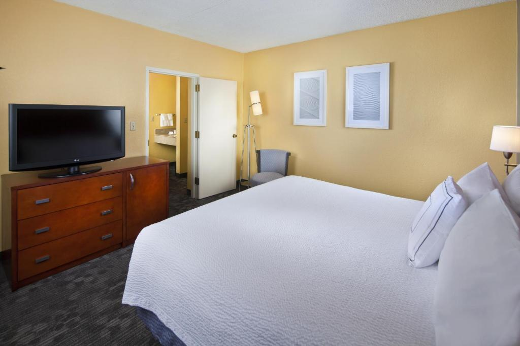 courtyard by marriott miami airport west in miami florida. Black Bedroom Furniture Sets. Home Design Ideas