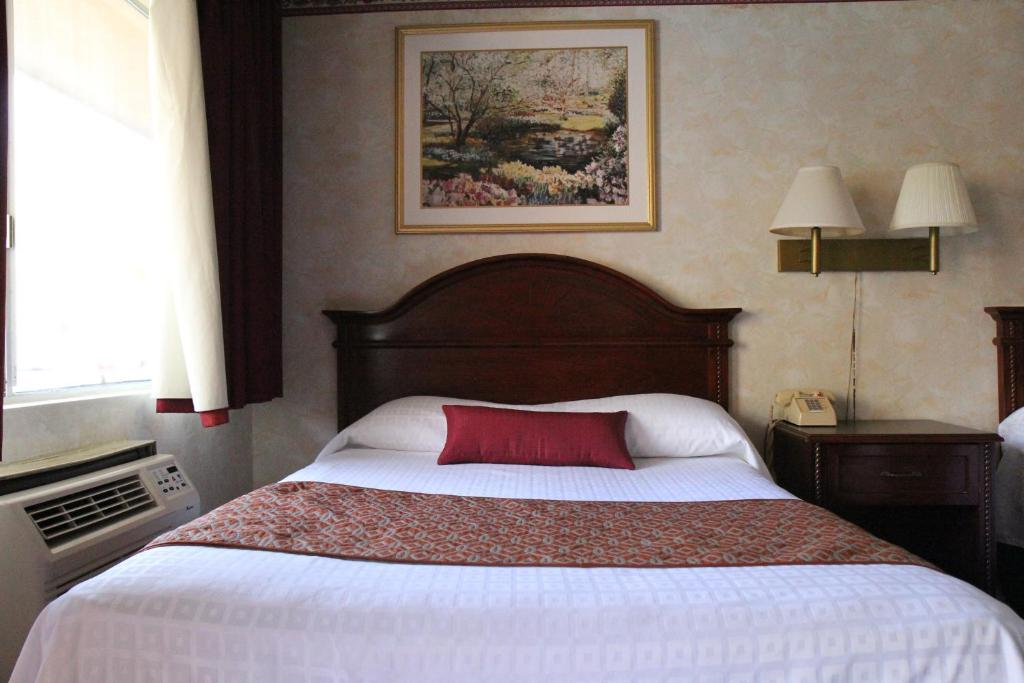 Book Now Anaheim Maingate Inn (Anaheim, United States). Rooms Available for all budgets. This Anaheim Inn is 1 km to Disneyland Resort and Disney California Adventure. Guests can enjoy a free continental breakfast and all guest rooms feature free WiFi.Each air con