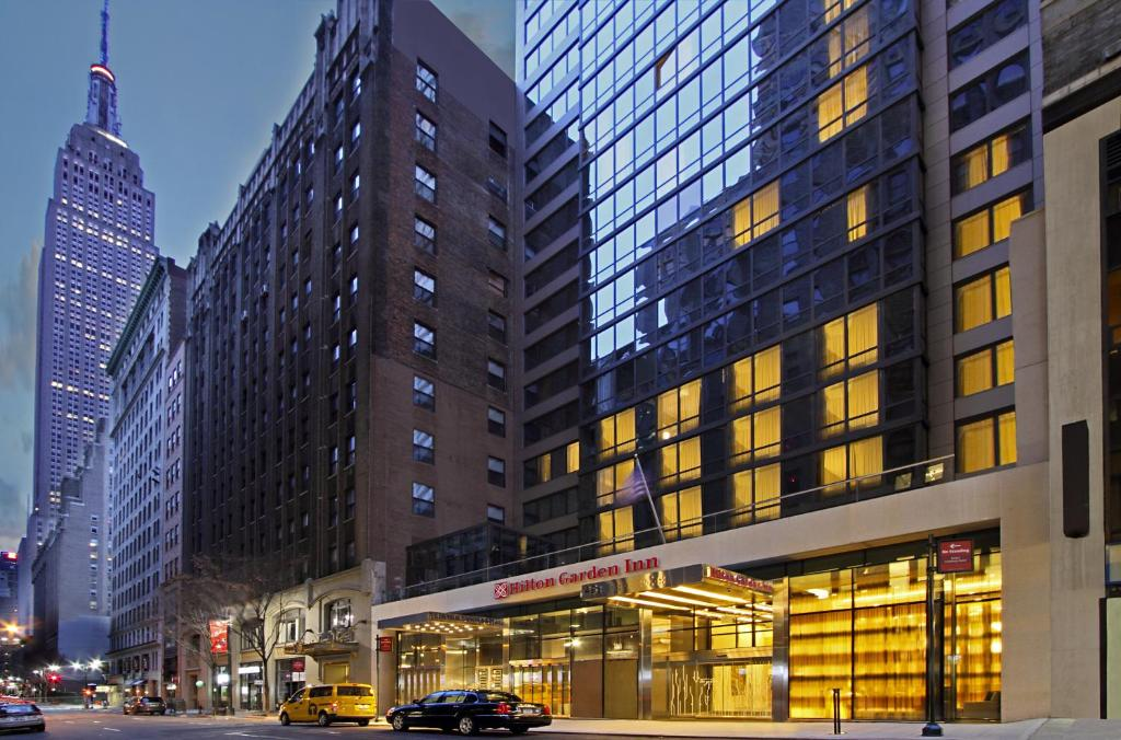 Book Now Hilton Garden Inn New York/Midtown Park Avenue (New York City, United States). Rooms Available for all budgets. A rooftop bar free Wi-Fi and 24-hour facilities keep guests on top of the world at the non-smoking Hilton Garden Inn New York/Midtown Park Avenue steps from the Empire State B
