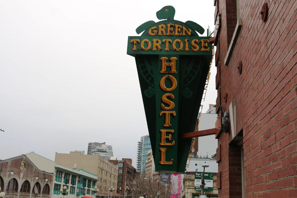 Book Now Green Tortoise Hostel Seattle (Seattle, United States). Rooms Available for all budgets. Across from downtown Seattle's famous Pike Place Market and near the Seattle Art Museum this hostel offers free wireless internet access and breakfast consisting of make-your-