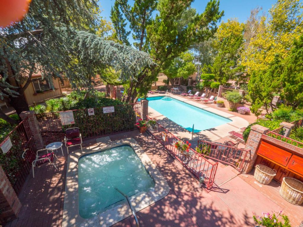 Book Now Sky Ranch Lodge (Sedona, United States). Rooms Available for all budgets. Located on top of Airport Mesa this hotel family owned hotel overlooks Sedona and the area's famous red rocks. It offers free Wi-Fi landscaped gardens and an outdoor pool.Sky