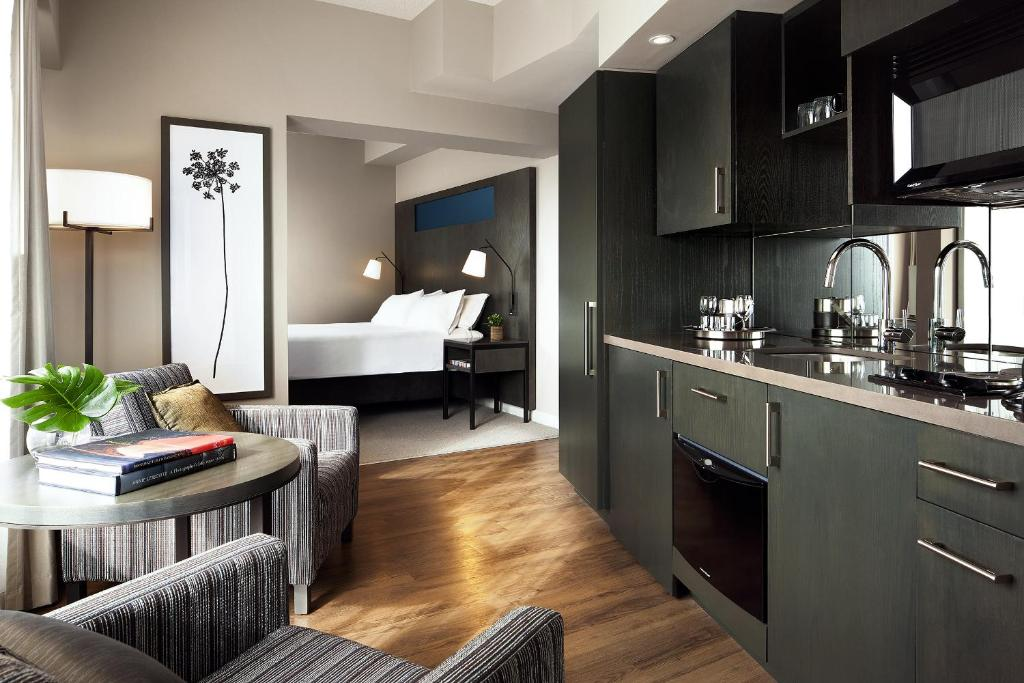 Book Now One King West Hotel and Residence (Toronto, Canada). Rooms Available for all budgets. Built in 1914 this downtown Toronto hotel blends historic charm and elegance with modern conveniences. St. Lawrence Market and the Hockey Hall of Fame are less than 10 minutes