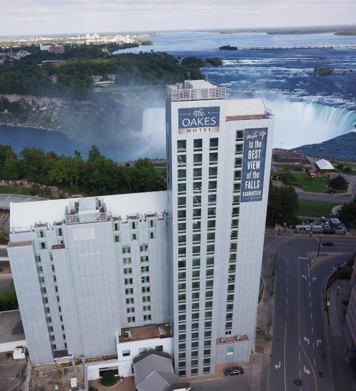 Book Now The Oakes Hotel Overlooking the Falls (Niagara Falls, Canada). Rooms Available for all budgets. Situated next door to Fallsview Casino The Oakes Hotel boasts a spectacular observation lounge overlooking the Horseshoe Falls. The Falls Incline Railway providing direct acce