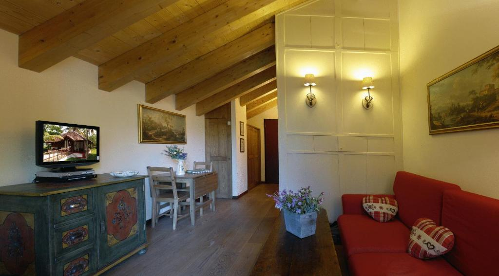 Book Now Residence Dei Walser (Gressoney la Trinite, Italy). Rooms Available for all budgets. Residence Dei Walser is in the Monterosa Ski area 800 metres from the Punta Yolanda ski lifts. It offers free Wi-Fi and parking and accommodation with a balcony and kitchen.A
