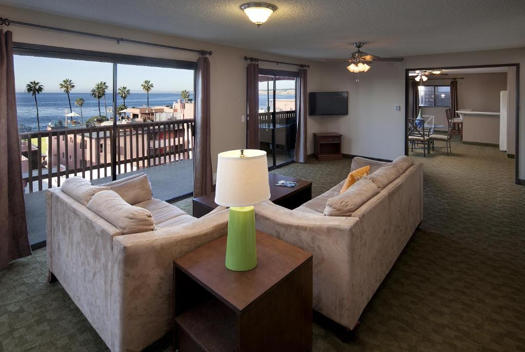Book Now La Jolla Cove Suites (San Diego, United States). Rooms Available for all budgets. This beach front La Jolla hotel features an outdoor saltwater pool and panoramic views of the California coast. It serves a free continental breakfast on an oceanfront rooftop