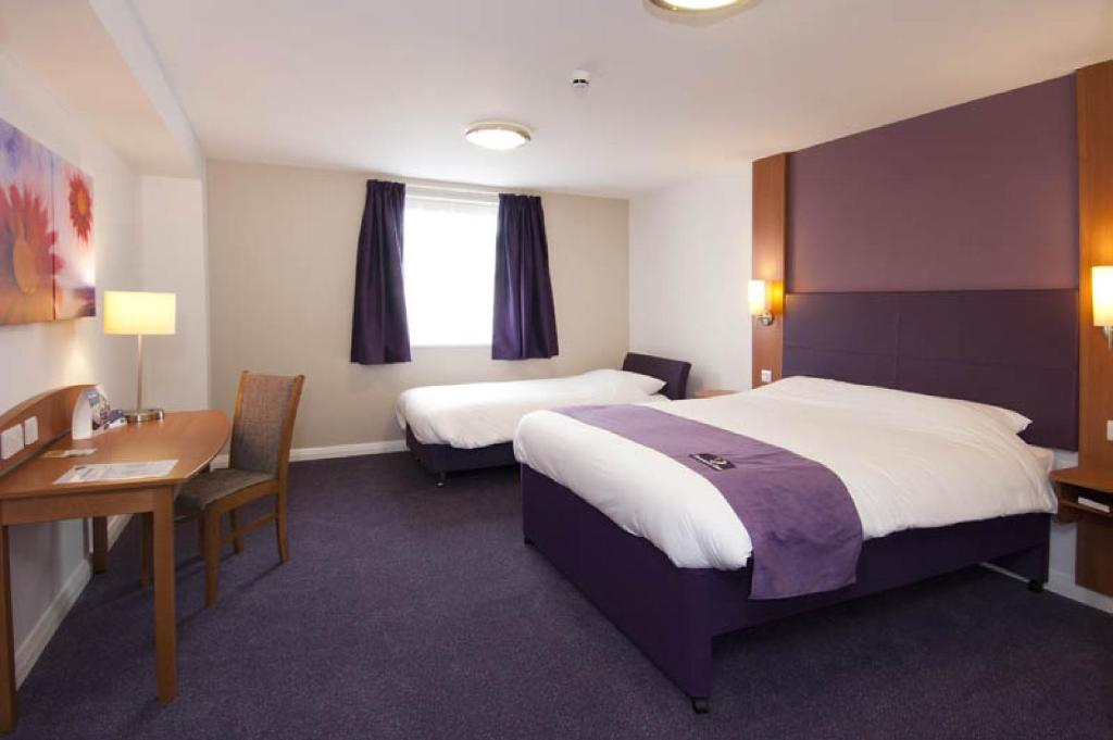Family Room (2 Adults + 1 Child) - Guestroom Premier Inn Bicester