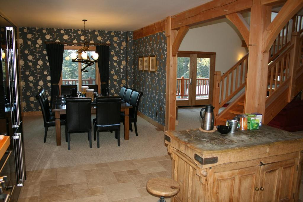 Book Now Canyon Ridge Lodge (Golden, Canada). Rooms Available for all budgets. This Golden British Columbia lodge is within a 15-minute drive of Kicking Horse Mountain a ski resort. This bed and breakfast features free Wi-Fi and a hot tub.The cozy rooms