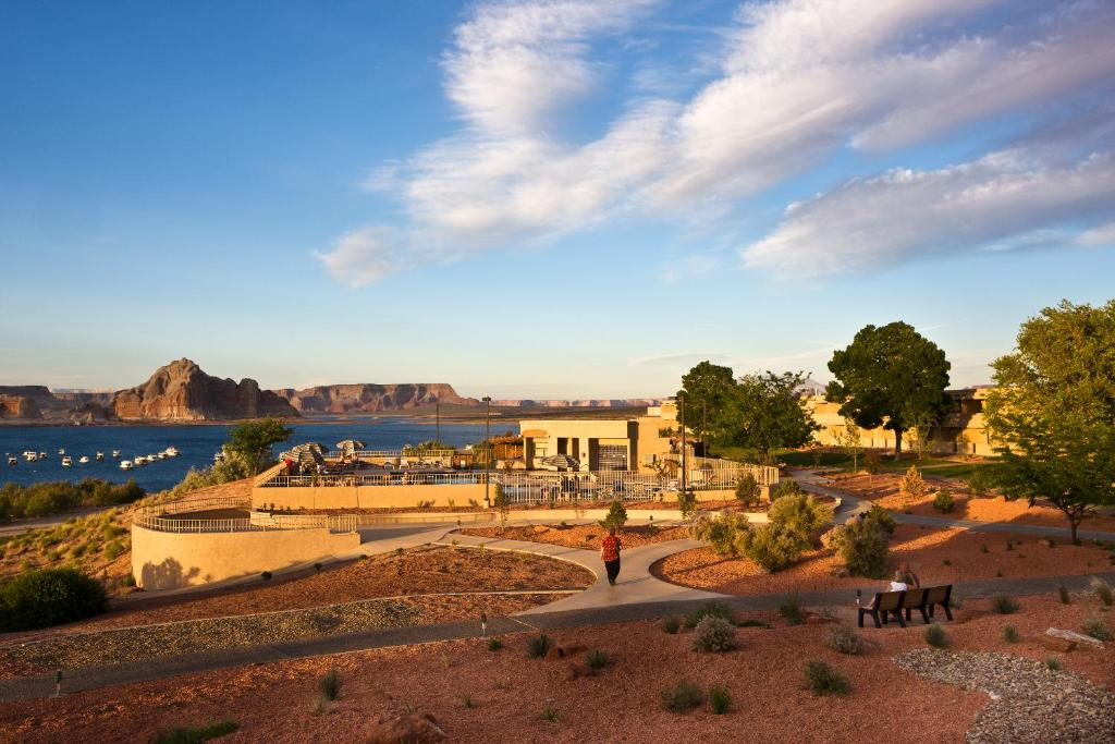 Book Now Lake Powell Resort (Marble Canyon, United States). Rooms Available for all budgets. Located at the Wahweap Marina this resort offers boat tours and an outdoor pool. On-site dining and dinner cruises are available along with a refrigerator and coffee facilitie