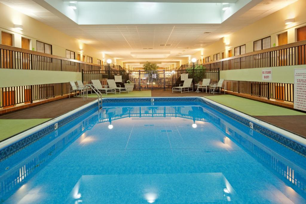 Book Now Holiday Inn Boston-Brookline (Brookline, United States). Rooms Available for all budgets. An indoor pool and free Wi-Fi are just the start of the amenities waiting at the economical Holiday Inn Boston-Brookline. Guests can escape from the city with a stay here â�