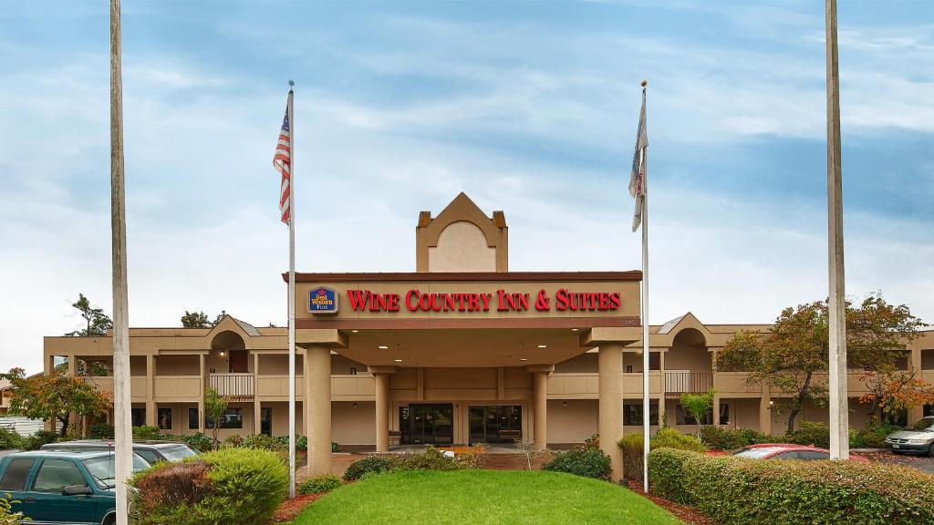 Book Now Best Western Plus Wine Country Inn & Suites (Santa Rosa, United States). Rooms Available for all budgets. Free hot breakfast free Wi-Fi a heated outdoor pool and Charles M. Schulz Museum two miles away beguile our guests at Best Western Wine Country Inn & Suites. Set on leafy grou