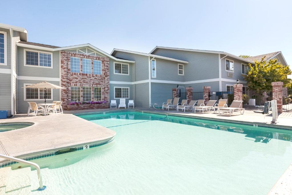 Book Now Red Lion Inn & Suites Susanville (Susanville, United States). Rooms Available for all budgets. Located within 10 minutes' drive of Susanville Ranch Park this hotel offers a seasonal outdoor heated pool and hot tub. A fitness center and a restaurant are offered. Free WiF