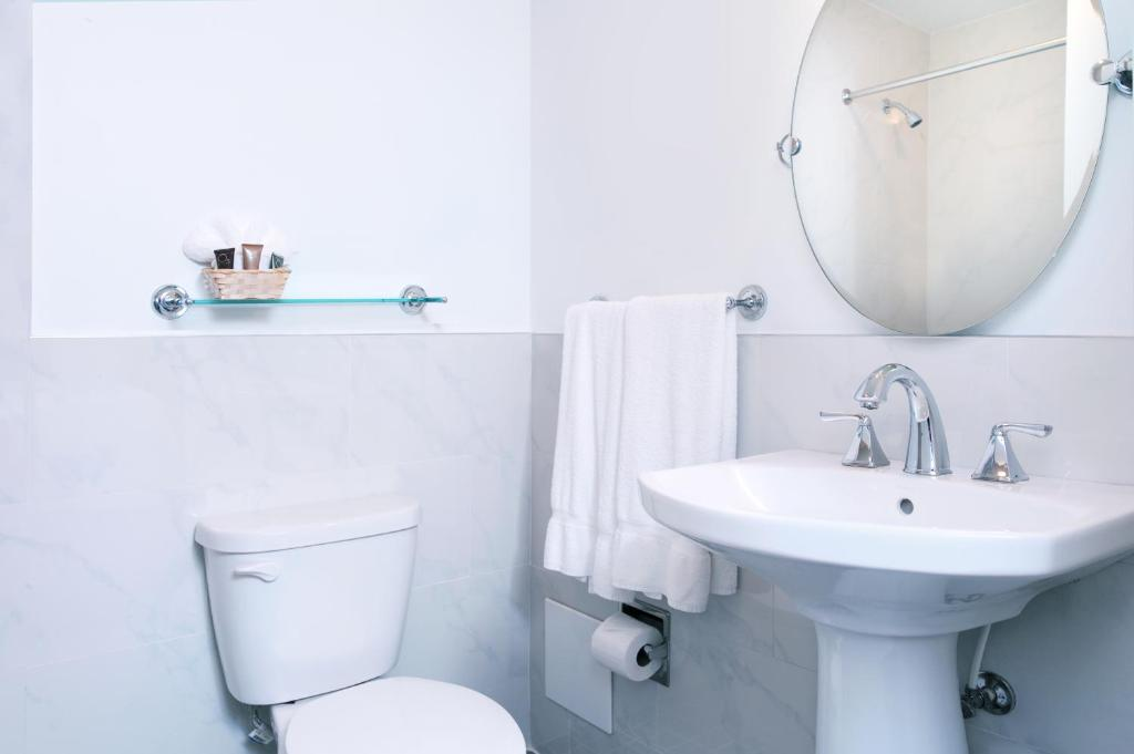 Book Now The Clay Hotel (Miami Beach, United States). Rooms Available for all budgets. Located only 5 minutes' walk from the Atlantic Ocean The Clay Hotel features complimentary bottled water in Miami Beach's Art Deco District.Originally built in 1925 guest room