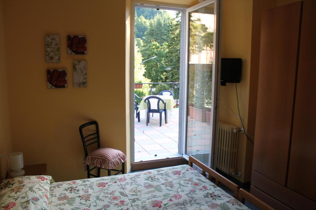 Book Now Hotel Il Nibbio (Magreglio, Italy). Rooms Available for all budgets. Il Nibbio is a family-run hotel located in the hills between the two branches of Lake Como a 15-minute drive from Bellagio. It offers rooms with private bathroom and flat-scre