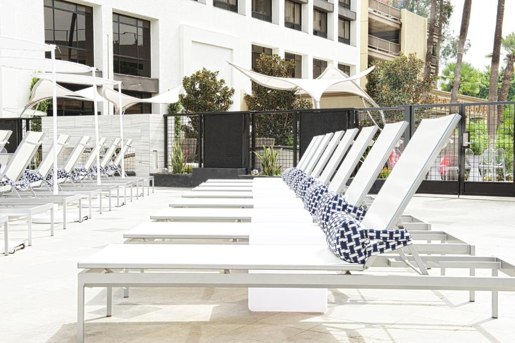 Book Now Beverly Hills Marriott (Los Angeles, United States). Rooms Available for all budgets. The Wi-Fi is free the outdoor pool sparkles and Rodeo Drive is within walking distance when you stay at the Beverly Hills Marriott. An elegant marble lobby welcomes guests to