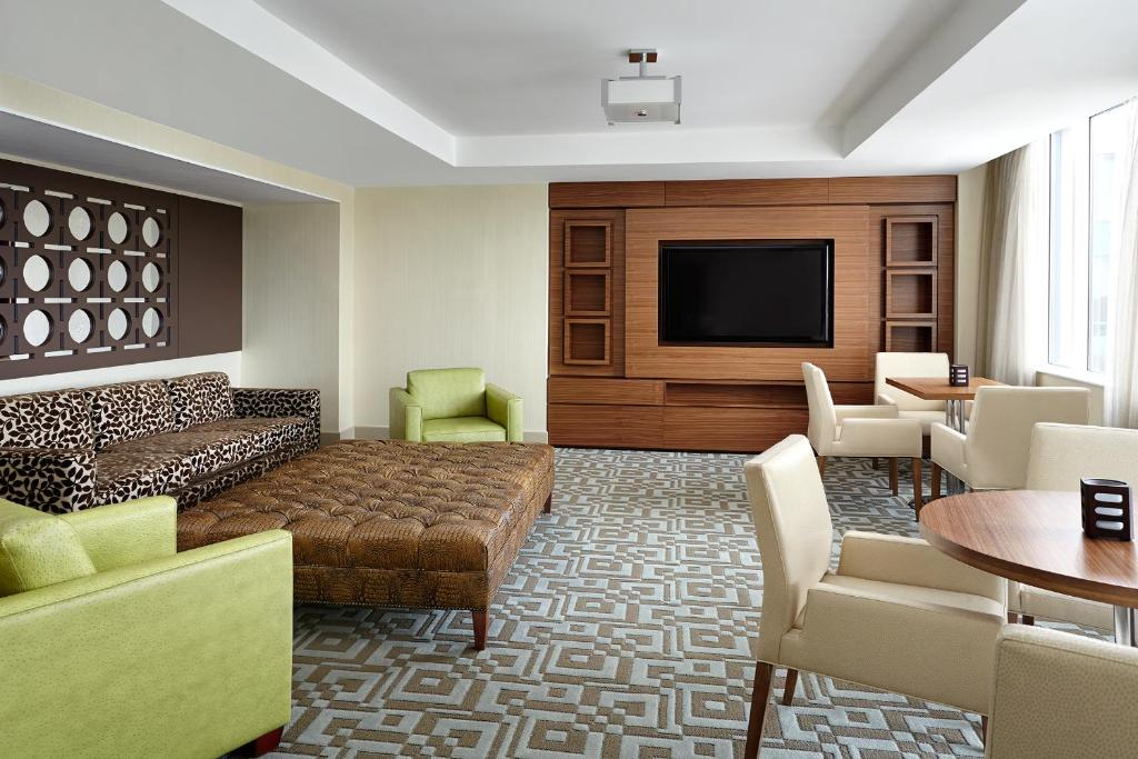 Book Now Sheraton Parkway Hotel Toronto North (Richmond Hill, Canada). Rooms Available for all budgets. Guests enjoy international cuisine an indoor pool and a 24-hour fitness room at the non-smoking Sheraton Parkway Hotel Toronto North. The mid-rise Sheraton houses 312 rooms ea