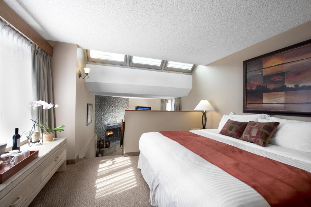 Book Now Tonquin Inn (Jasper, Canada). Rooms Available for all budgets. Featuring an indoor pool Tonquin Inn is located in Jasper National Park and surrounded by the Canadian Rocky Mountains. Free WiFi is available.A flat-screen cable TV and a ref