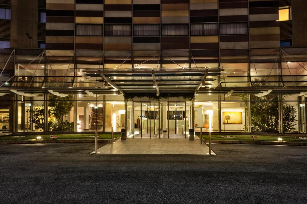 Book Now Hotel Cruise (Lucino, Italy). Rooms Available for all budgets. Just 2 km from the Como Centro exit of the A9 Motorway Hotel Cruise offers elegant rooms with free broadband internet and satellite TV. Lake Como is 15 minutes' drive away.All