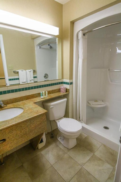 Book Now Quality Inn And Suites 1000 Islands (Gananoque, Canada). Rooms Available for all budgets. A complimentary breakfast free Wi-Fi an on-site restaurant an outdoor pool and in-room amenities like mini-fridges and microwaves are some of the amenities at the Quality Inn