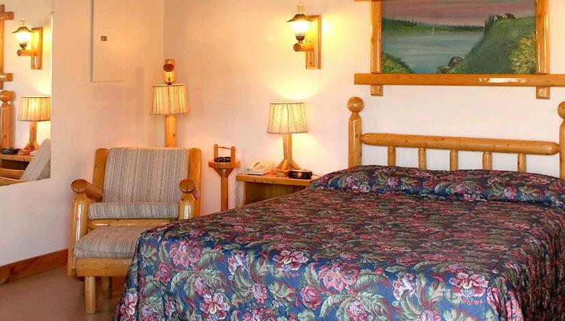 Book Now Auberge Les Jardins Inn-Motel Le Brayon & Chalets (Edmundston, Canada). Rooms Available for all budgets. Featuring a fine French restaurant and an outdoor pool this hotel is less than 9 km from downtown Edmundston. Guests may stay at the motel inn or a private cottage.A private b